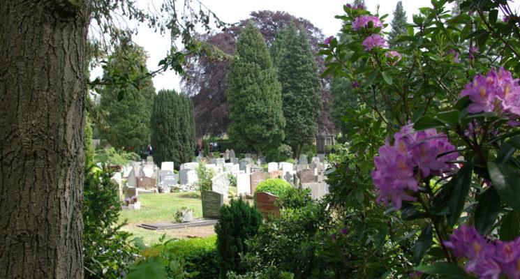 Voor graven: een aantal familiegraven op RK begraafplaats St. Barbara in Hilversum