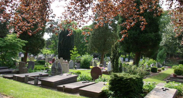 Een aantal familie- en keldergraven op RK begraafplaats St. Barbara in Hilversum