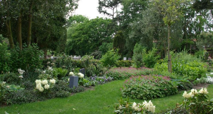 Het plaatsen van een urn in het urnenhof van RK begraafplaats St. Barbara in Hilversum, ook wel de urnentuin